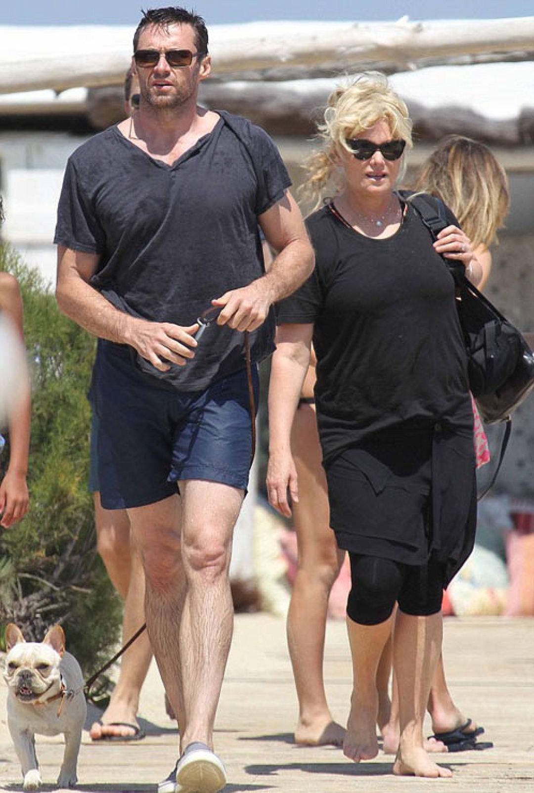 Хью и Деборра выбрались погулять на пляж